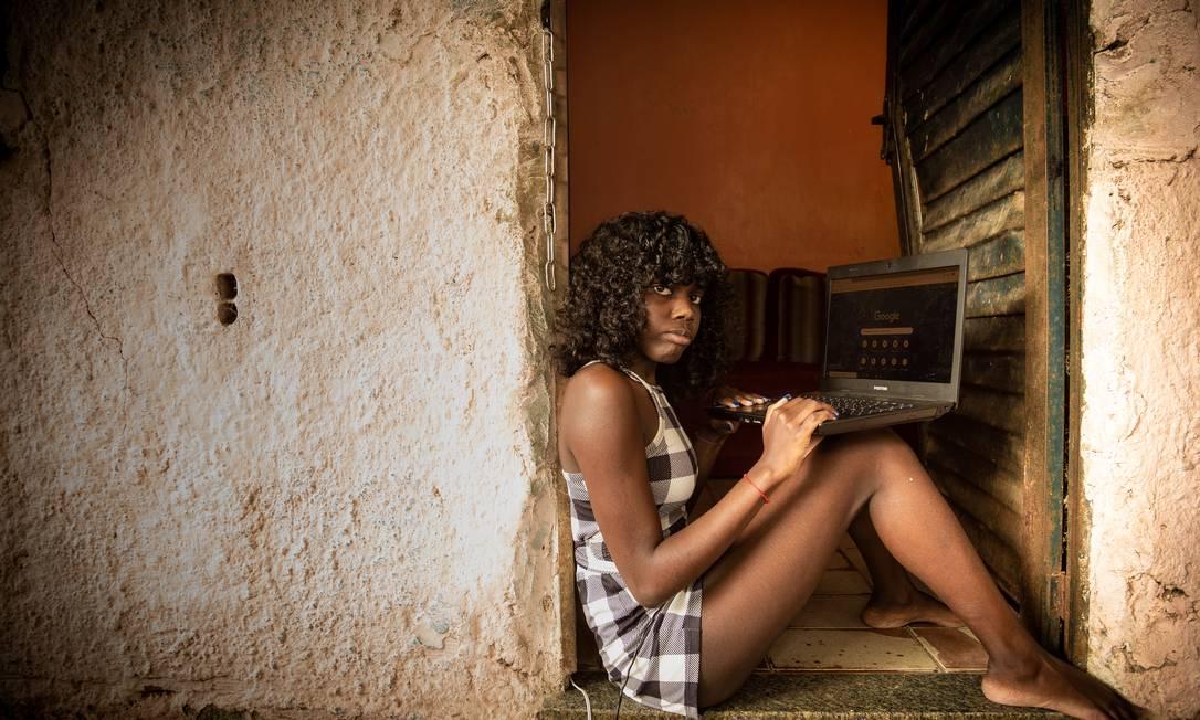 Tem computador, mas sem internet: moradora de Magé, Milene do Nascimento, de 16 anos, ficou dois meses sem estudar Foto: Roberto Moreyra / Agência O Globo