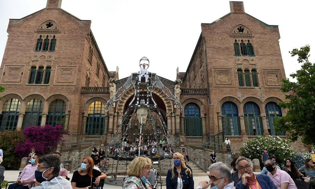 Pessoas assistem a performance em Barcelona: governo determinou novo confinamento em Lérida, na Catalunha Foto: JOSEP LAGO / AFP
