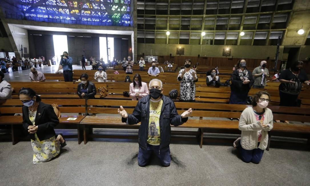 Igrejas reabrem no Rio om álcool em gel, regras de distanciamento e reservas on-line
