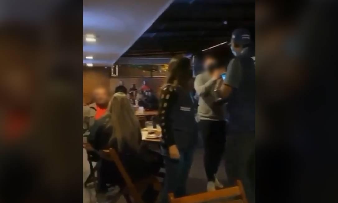 Na Barra, público em bar lotado canta que 'não vai embora' mesmo com fiscalização Foto: Reprodução