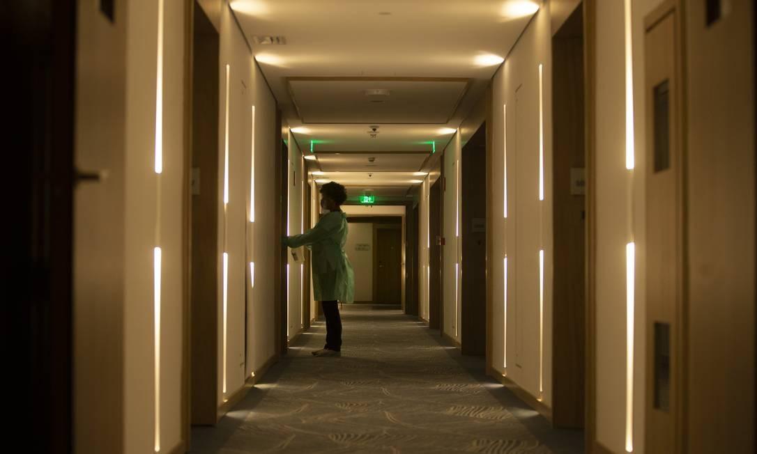 Funcionários do Hotel Fairmont, em Copacabana, Zona Sul do Rio, passam por treinamento para aumentar a limpeza das instalações e a segurança dos hóspedes. Plano é reabrir em agosto Foto: Márcia Foletto / Agência O Globo