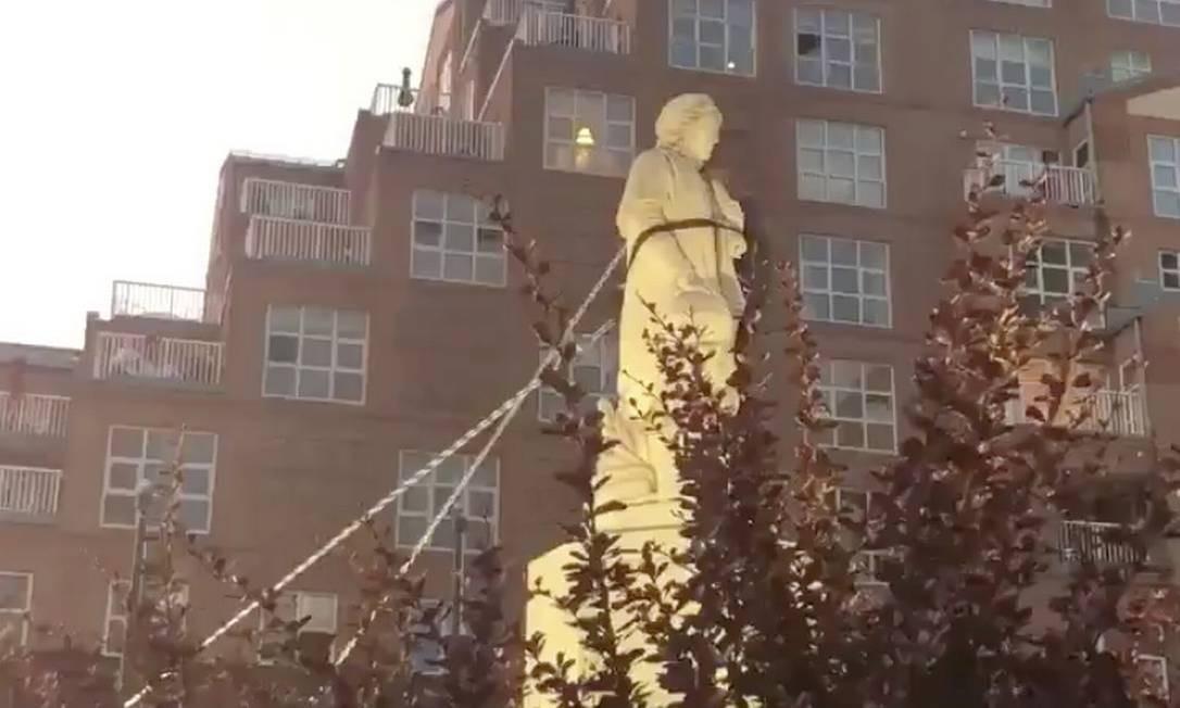 Manifestantes derrubam estátua de Cristóvão Colombo em Baltimore Foto: SPENCER COMPTON / SPENCER COMPTON via REUTERS/04-07-2020