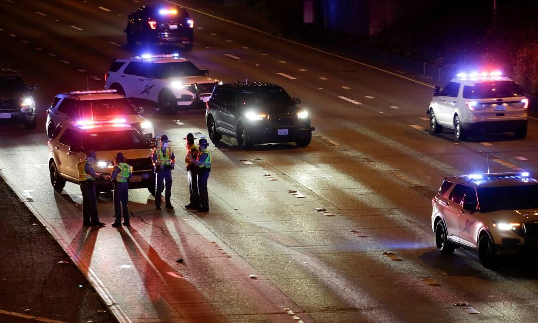 Dois manifestantes são atropelados em rodovia de Seattle fechada ao tráfego devido a protesto Foto: JASON REDMOND / REUTERS/04-07-2020