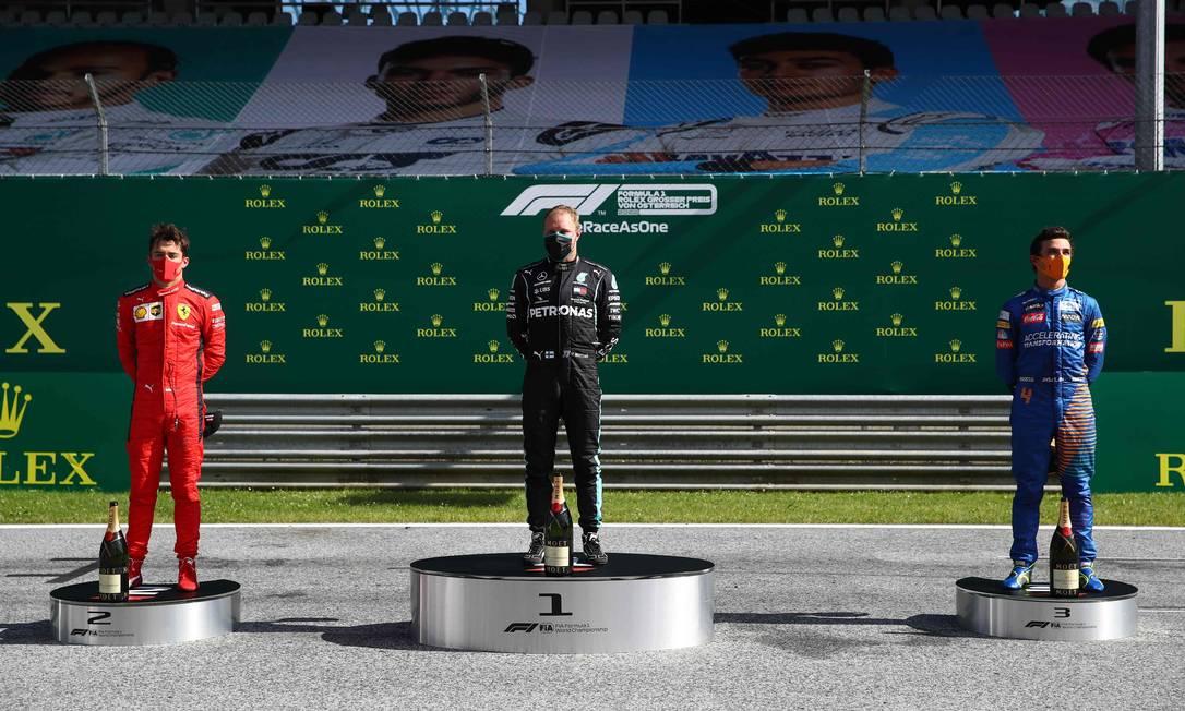 Pódio do novo protocolo foi na pista, com pilotos de máscara: Charles Leclerc, Valtteri Bottas e Lando Norris Foto: MARK THOMPSON / AFP
