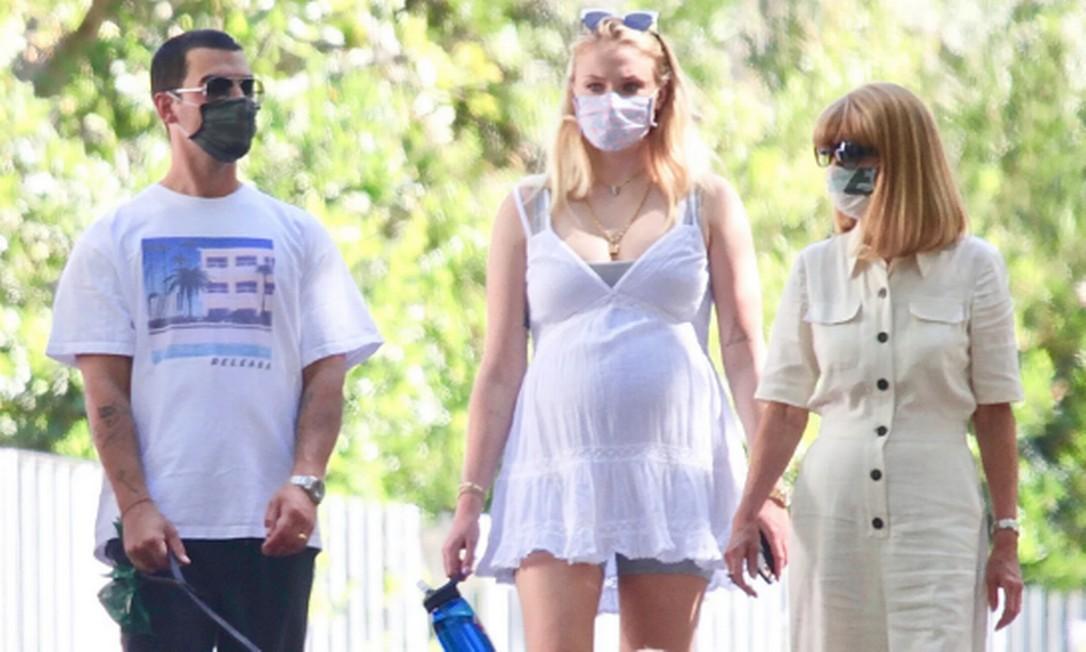 Joe Jonas e Sophie Turner durante passeio em LA Foto: reprodução / People