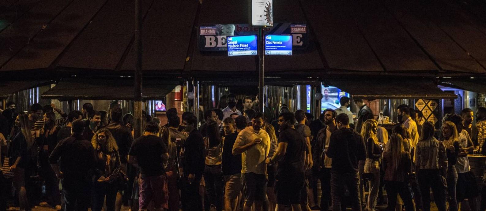 Bares do Leblon, Zona Sul do Rio, ficaram cheios na noite do último sábado Foto: Guito Moreto / Agência O Globo