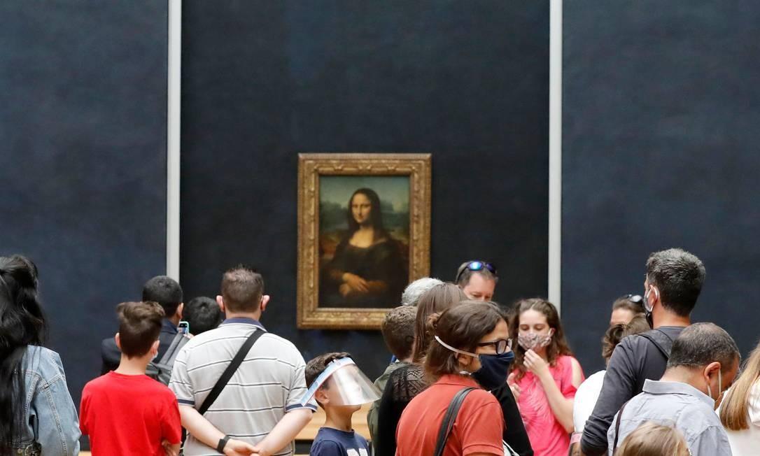 "Visitantes apreciam a ""Monalisa"", de Da Vinci, em reabertura do museu parisiense Foto: FRANCOIS GUILLOT / AFP"