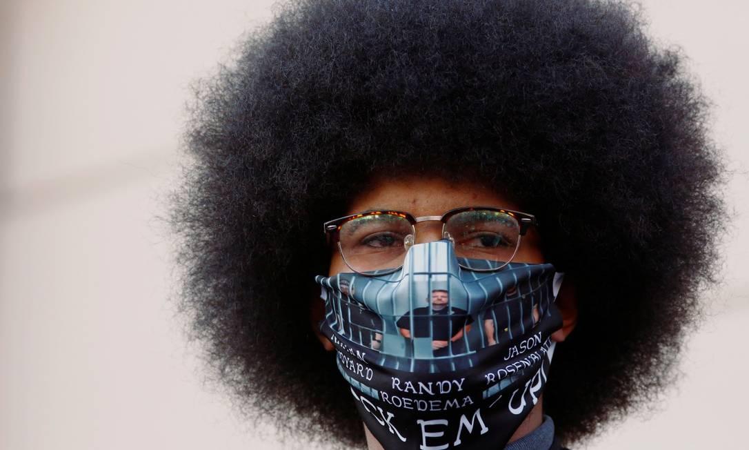 Participante do movimento Vidas Negras Importam usa máscara durante protesto Foto: KEVIN MOHATT / REUTERS