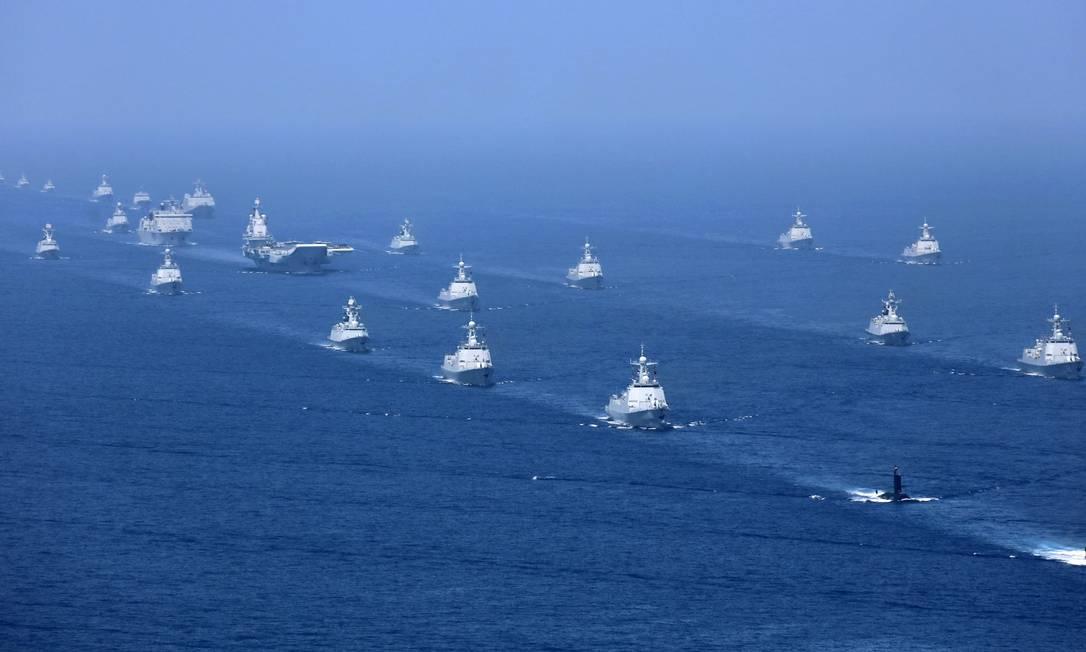 Imagem de 2018 mostra o porta-aviões chinês Liaoning durante operações no Mar do Sul da China, acompanhado por outras embarcações Foto: Li Gang / AP