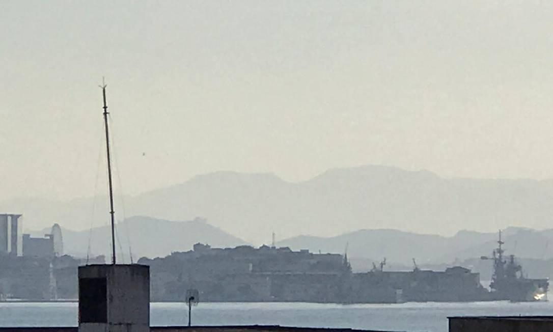 Helicóptero caiu no mar, na altura da Praça Mauá Foto: Ricardo Rigel