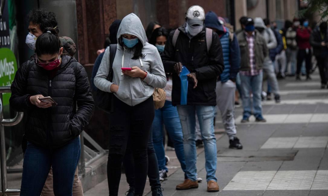 Fila para obter seguro-desemprego em Santiago, no Chile Foto: MARTIN BERNETTI / AFP/28-05-2020