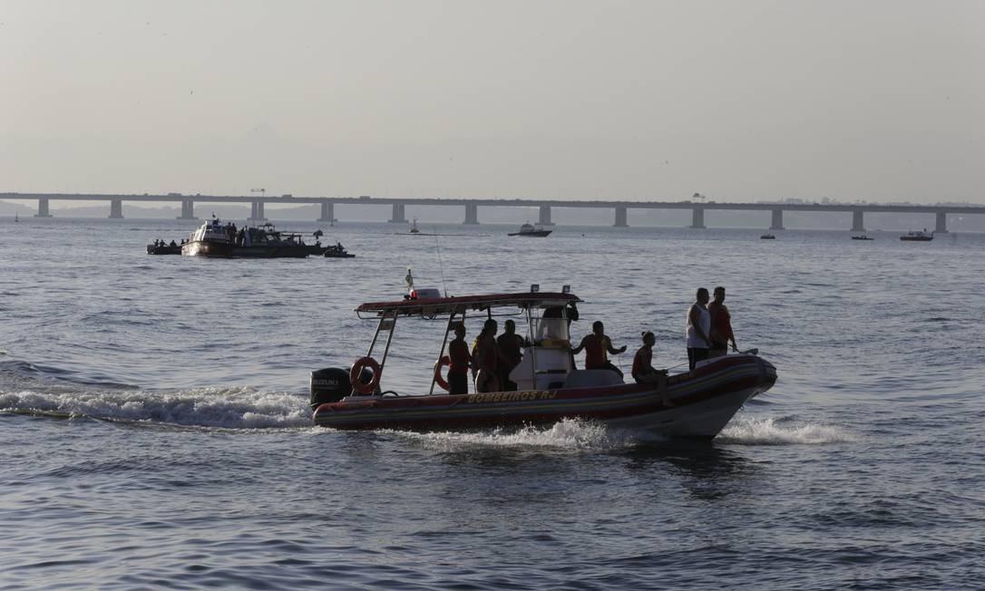 Procura por vítimas foi encerrada, mas os militares continuam o trabalho para tentar encontrar o helicóptero e retirá-lo do mar Foto: Domingos Peixoto / Domingos Peixoto