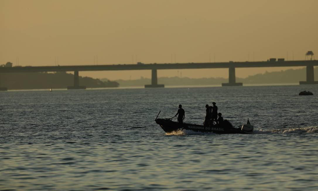 Marinha e Corpo de Bombeiros fazem buscas por helicóptero R-22 no mar da Baía de Guanabara Foto: Brenno Carvalho / Agência O Globo
