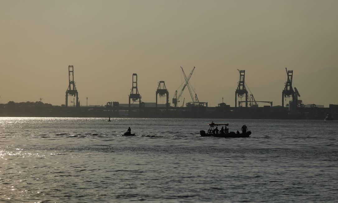 Instrutor e aluno de pilotagem foram resgatados apenas com algumas escoriações por uma embarcação particular da própria escola de aviação Foto: Brenno Carvalho / Agência O Globo
