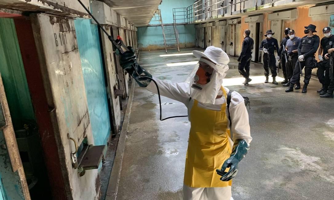 Mutirão de limpeza em presídio no Pará: melhoria nas condições sanitárias e uso de máscaras são defendidos por especialistas Foto: Divulgação/Akira Onuma