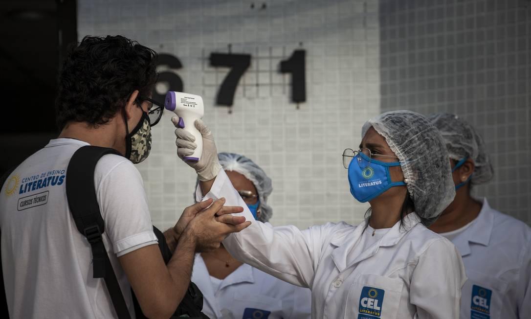 Em Manaus, aferição de temperatura dos alunos está entre as medidas que constam no plano estratégico para retomada Foto: Raphael Alves / Agência O Globo