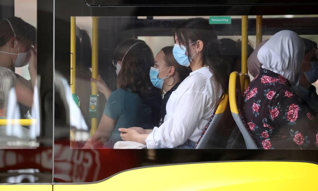 Passageiros de ônibus usam máscaras em Berlim Foto: FABRIZIO BENSCH/REUTERS