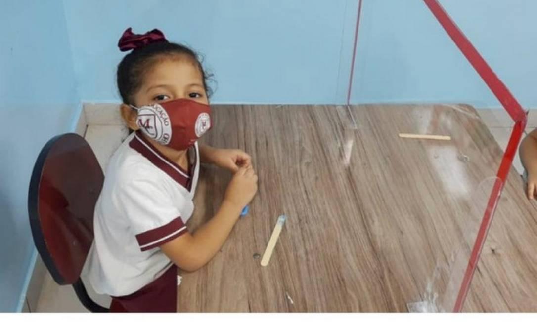 6/07/2020 Maria Helena Cavalcante, de 5 anos, aluna no 1º período da Eduação Infantil , no primeiro dia de aula no Centro de Educação Meu Caminho, em Manaus, no Amazonas. Na sala de aula, uso de máscara e divisória de acrílico Foto: Agência O Globo