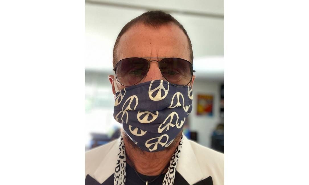 Ringo Starr apareceu de máscara em suas redes sociais nesta terça-feira, quando completa 80 anos Foto: Reprodução