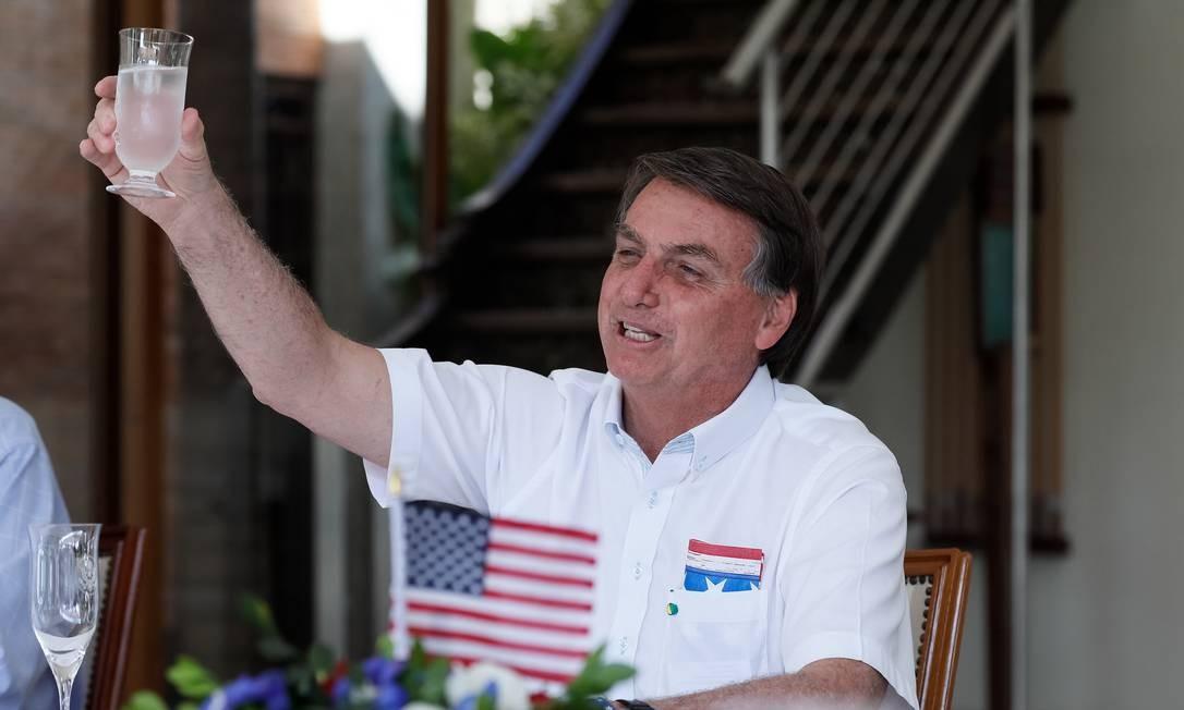 Presidente do Brasil, Jair Bolsonaro, brinda a independência dos Estados Unidos, em comemoração na casa do emabaixador Todd Chapman, no sábado (4) Foto: Divulgação