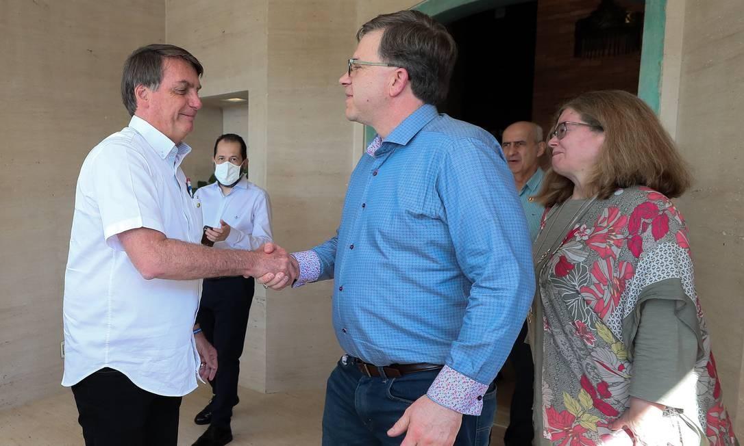 Sem usar máscara, Bolsonaro aperta a mão do emabaixador dos Estados Unidos no Brasil, Todd Chapman Foto: Divulgação