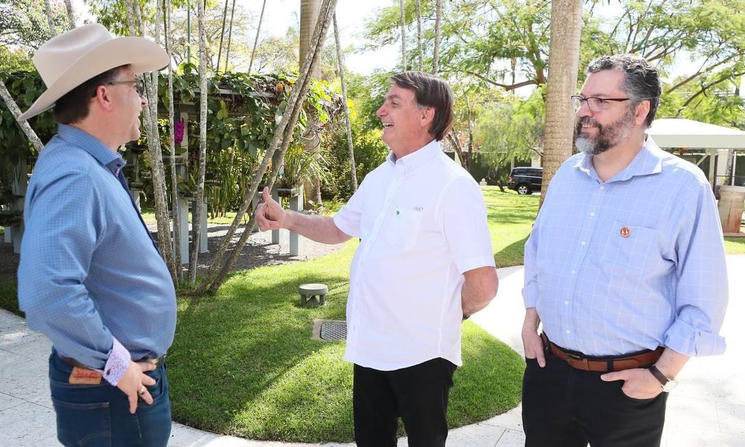 Sem máscara., Todd Chapman conversa com presidente Bolsonaro e o ministro das Relações Exteriores, Ernesto Araújo Foto: Divulgação / Divulgação