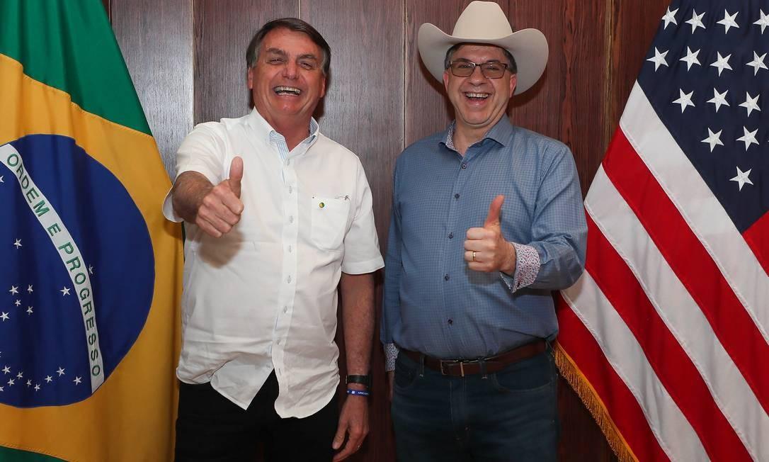 O presidente Bolsonaro posa ao lado do embaixador americano no Brasil, Todd Chapman, durante comemoração pelo Dia da Independência dos EUA, no sábado, 4 de julho, na casa do diplomata Foto: Divulgação