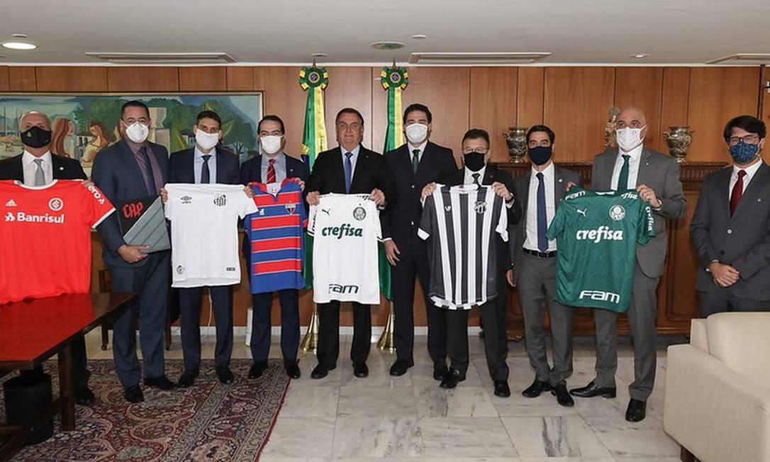 Jair Bolsonaro com representantes de clubes de futebol a última terça-feira, 30 de junho Foto: Marcos Corrêa/PR