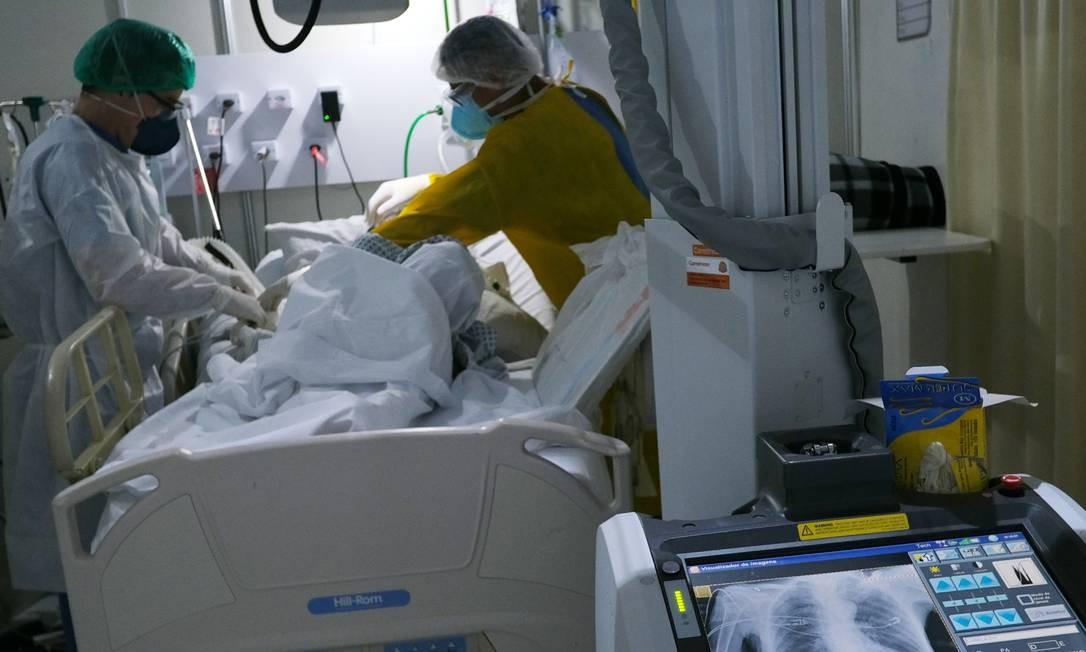 Profissionais de saúde examinam paciente com coronavírus em hospital de campanha no Rio de Janeiro Foto: RICARDO MORAES/REUTERS/2-7-2020
