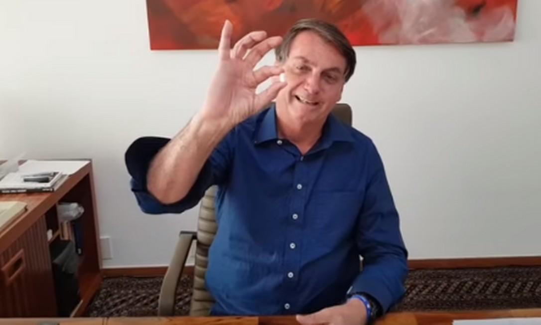 Presidente Jair Bolsonaro mostra o comprimido de e hidroxicloquina que está tomando Foto: Reprodução
