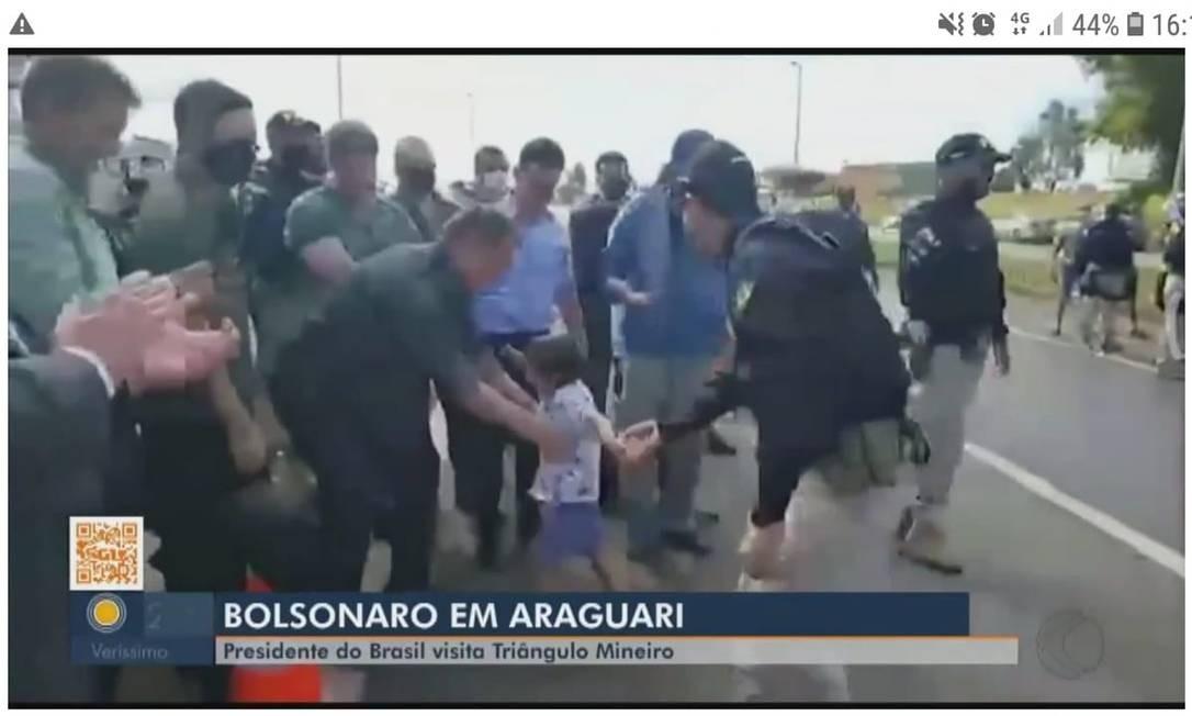 Sem máscara, Bolsonaro segura criança em Araguari Foto: Reprodução