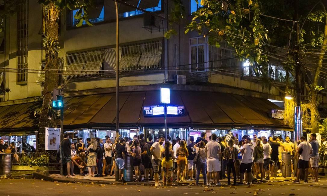 Bares retornaram atividades com calçadas cheias sem respeitar regras de distanciamento Foto: Leo Martins 05-07-2020 / Agência O Globo