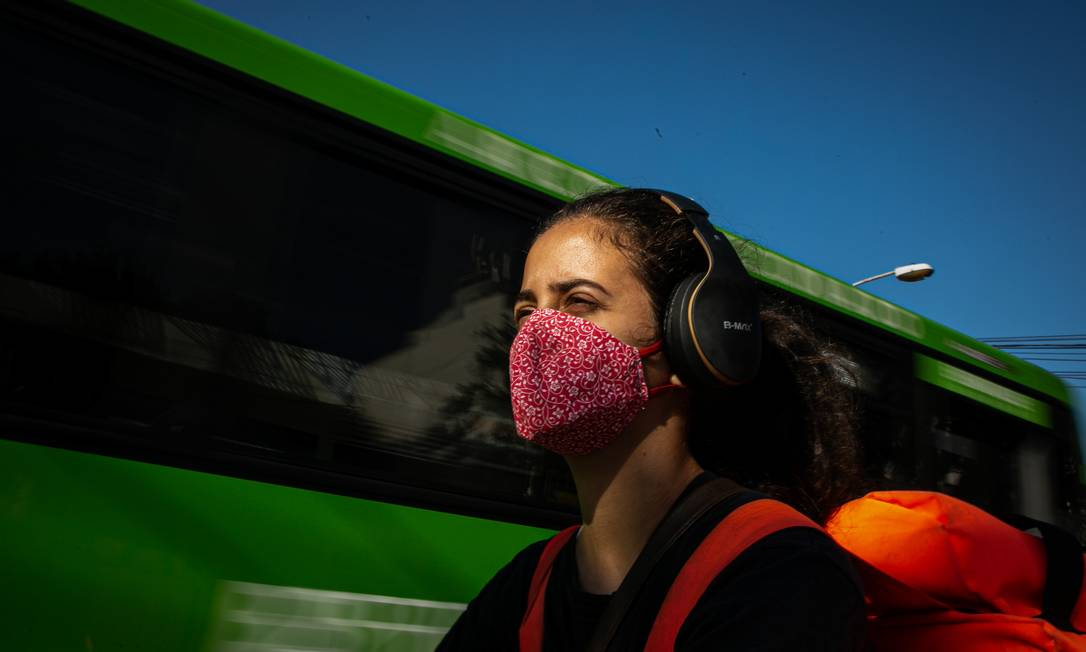 No trânsito, Luiza a caminho de uma entrega: sem apoio durante a pandemia Foto: Hermes de Paula / Agência O Globo