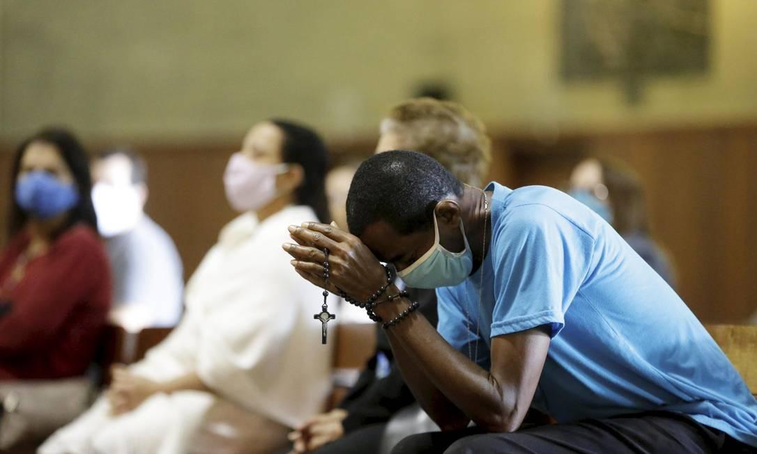 Primeira missa presencial na catedral do Rio desde o início da pandemia Foto: Domingos Peixoto / Agência O Globo