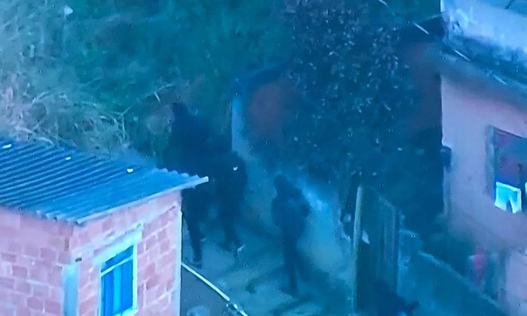 Homens armados transitando pela comunidade da Praça Seca, na Zona Oeste Foto: Reprodução/TV Globo