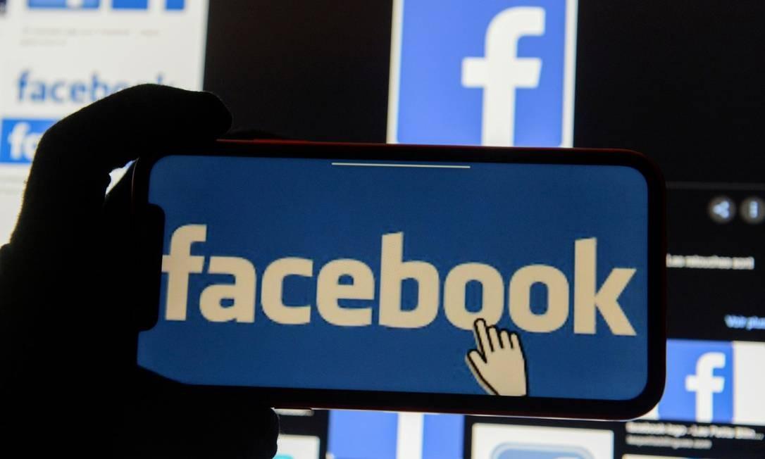 Logo do Facebook é exibida em um telefone Foto: Johanna Geron / Reuters/2-12-2020