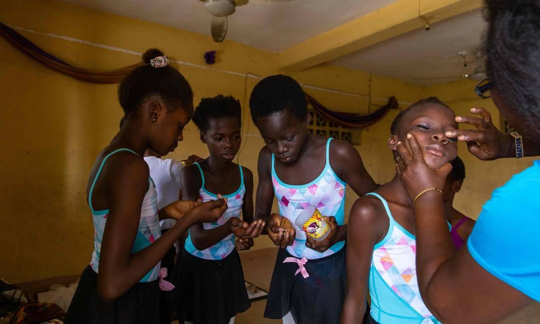 Os alunos se preparam para uma sessão de ensaio na Academia Leap of Dance, em Ajangbadi, Lagos. A maioria das crianças nunca sequer ouviu falar de balé, antes do contato com a escola do bailarino Daniel Ajala Foto: BENSON IBEABUCHI / AFP
