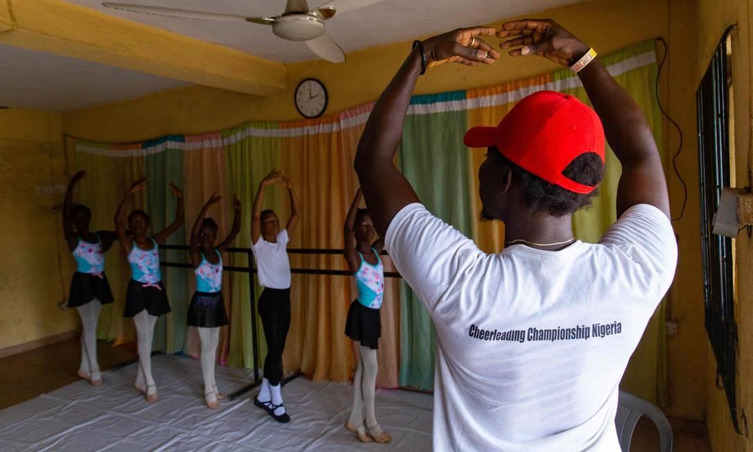 O tutor de dança Daniel Ajala compartilha o conhecimento que adiquiriu com pesquisa em livros e vídeos na internet com crianças e jovens da periferia de Lagos, a maior cidade da Nigéria Foto: BENSON IBEABUCHI / AFP