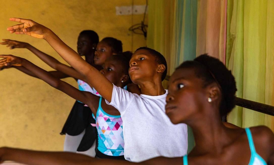 Os alunos se alongam durante os ensaios na Academia Leap of Dance, em Ajangbadi, Lagos Foto: BENSON IBEABUCHI / AFP