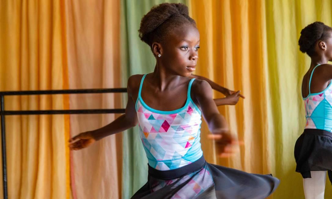 Chinemere Duru pratica uma pirueta enquanto os outros alunos esperam a sua vez na Academia Leap of Dance, em Ajangbadi, Lagos Foto: BENSON IBEABUCHI / AFP