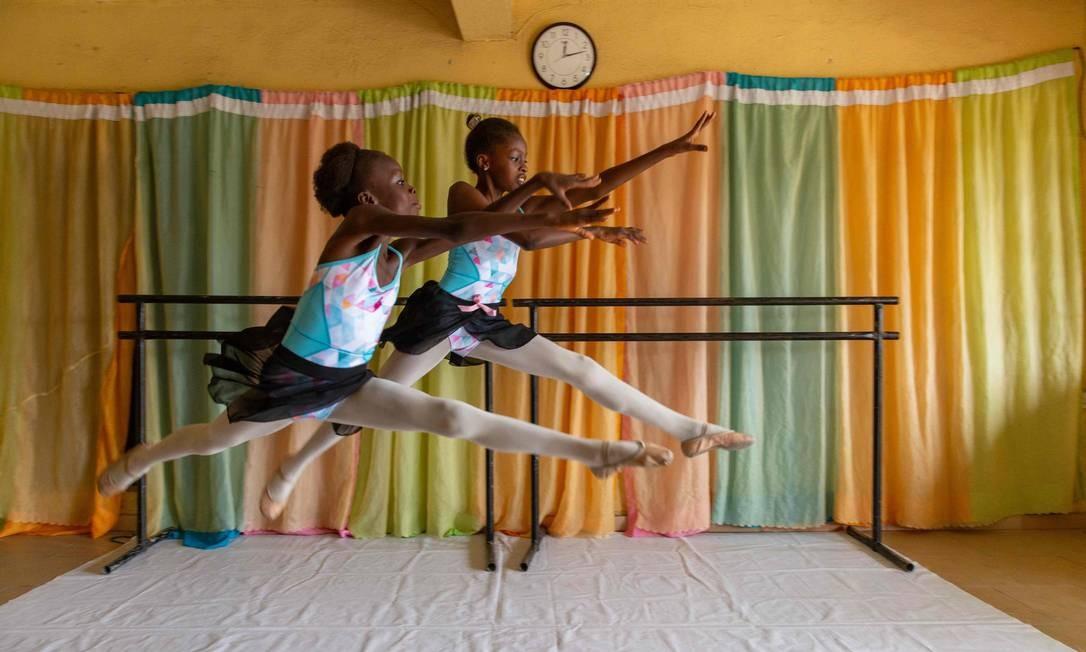 Dois estudantes praticam uma rotina de dança durante os ensaios na Academia Leap of Dance, em Ajangbadi, Lagos Foto: BENSON IBEABUCHI / AFP
