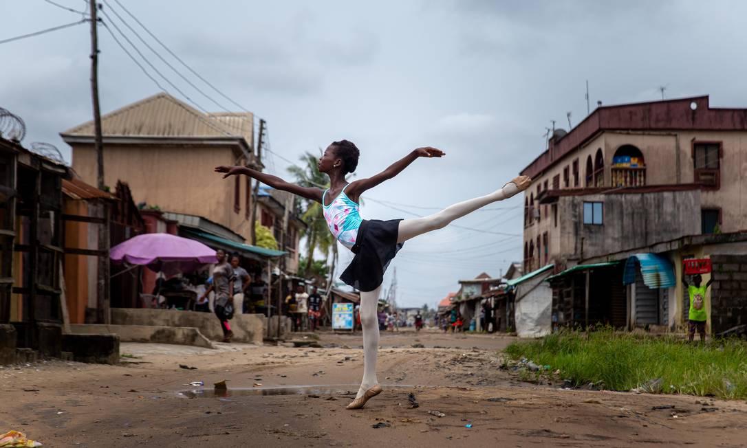 Leap of Dance Academy é uma escola de balé em um bairro pobre da imensa megacidade de Lagos que visa levar a dança clássica a crianças carentes na nação mais populosa da África Foto: BENSON IBEABUCHI / AFP
