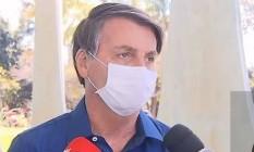 A jornalistas, nesta terça-feira (7), o presidente afirmou que teve os primeiros sintomas no domingo (5). Bolsonaro disse que chegou a ter 38 graus de febre na segunda-feira (6) Foto: Reprodução