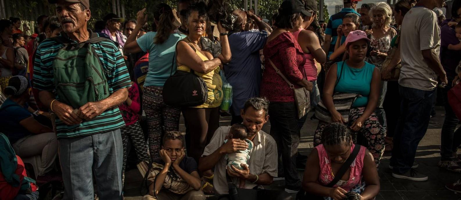 Venezuelanos aguardam por refeições dadas pelo governo na cidade de Caracas, em maio de 2018 Foto: Meridith Kohut / New York Times