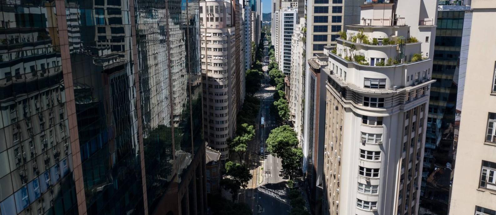 Metamorfose urbana: a transformação de imóveis comerciais em moradias é apontada como solução para evitar o esvaziamento da região central Foto: Brenno Carvalho / Agência O Globo