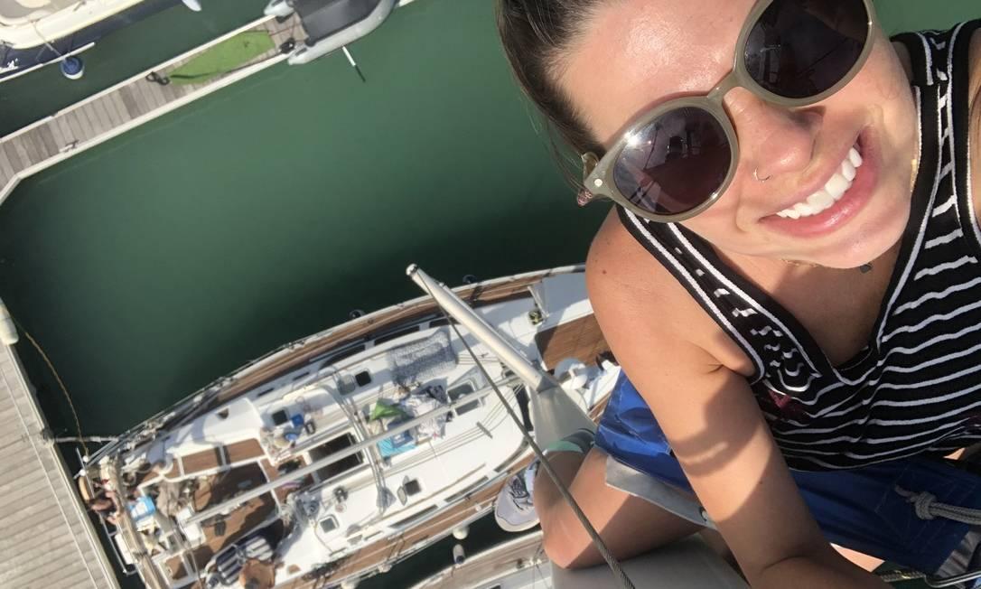 A velejadora Isabela Almeida no mastro do veleiro Amazônia, onde vive com o marido Sandro Masseli e as cadelas Vick e Chica Foto: Acervo pessoal