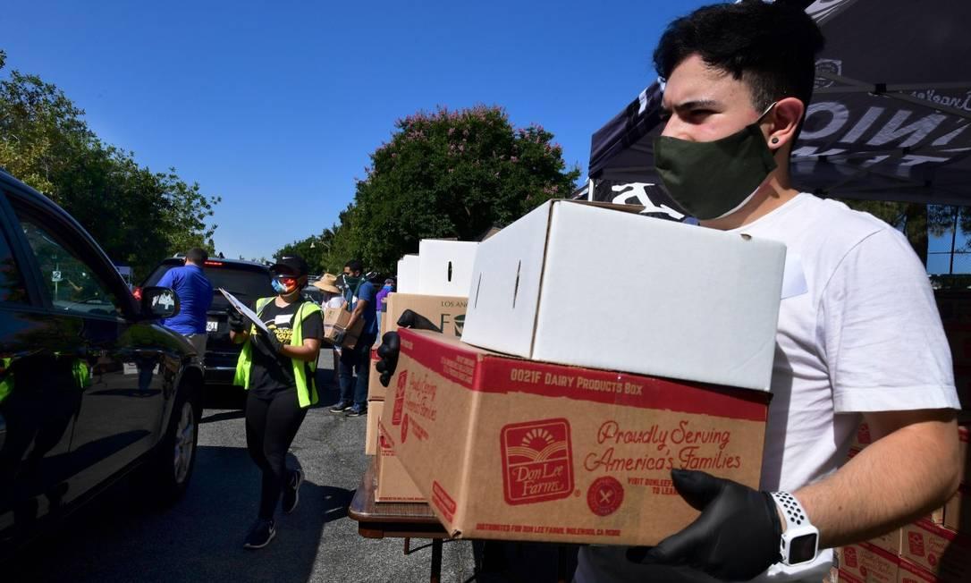 Na Califórnia, voluntário distribui alimentos Foto: FREDERIC J. BROWN / AFP