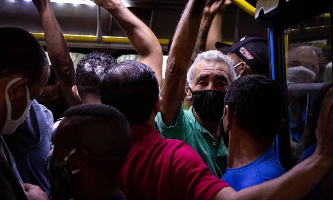 Aglomeração dentro do BRT na estação do Mato Alto, na Zona Oeste do Rio Foto: Hermes de Paula / O Globo