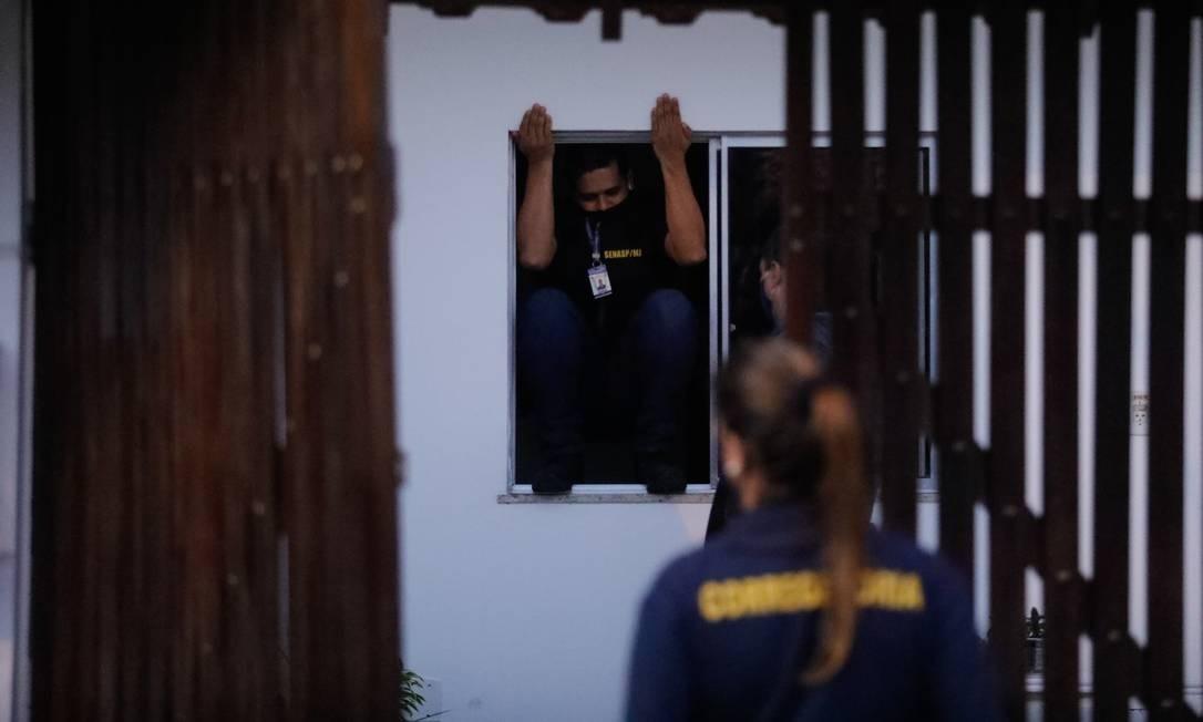 Policiais da Corregedoria da PM fazem buscas na casa de agente investigado que não foi encontrado Foto: Brenno Carvalho / Agência O Globo