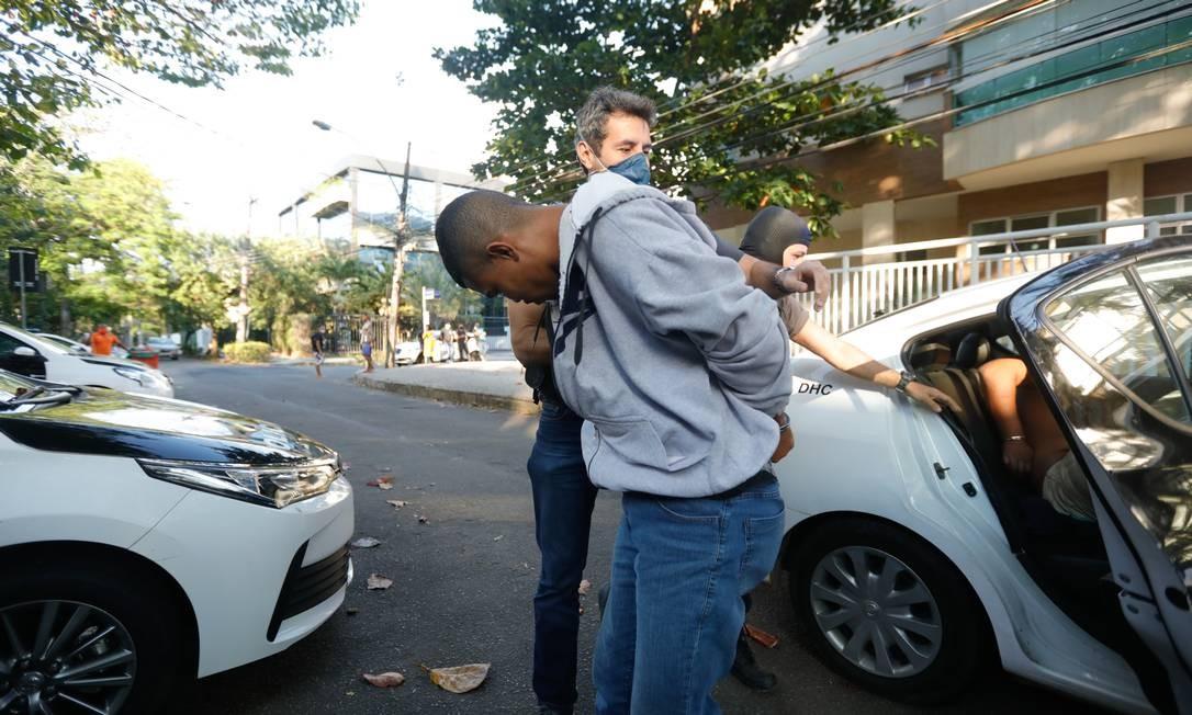 Celso Marcelino da Silva é levado por policiais para a Delegacia de Homicídios, na Barra da Tijuca Foto: Brenno Carvalho / Agência O Globo